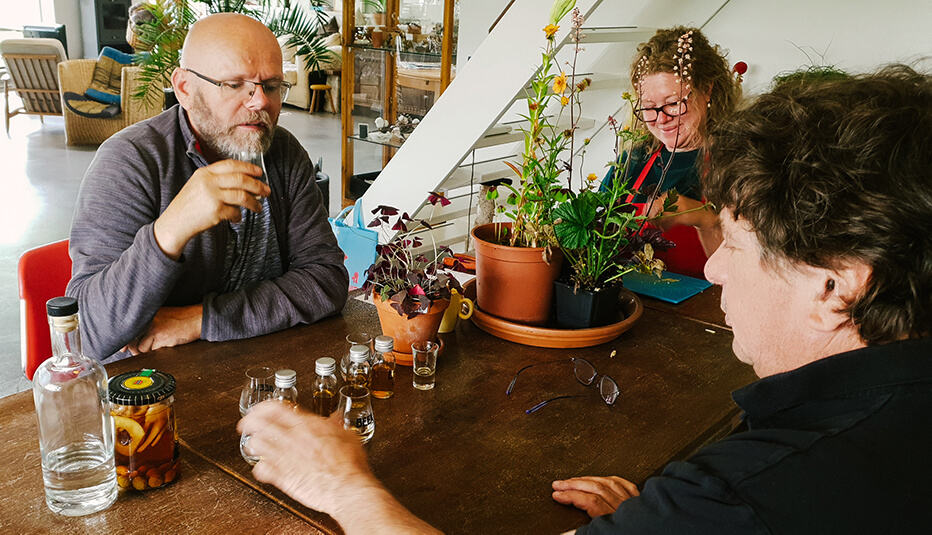 Peter Schräder, Jessica Borst & Jan Beek maken gin