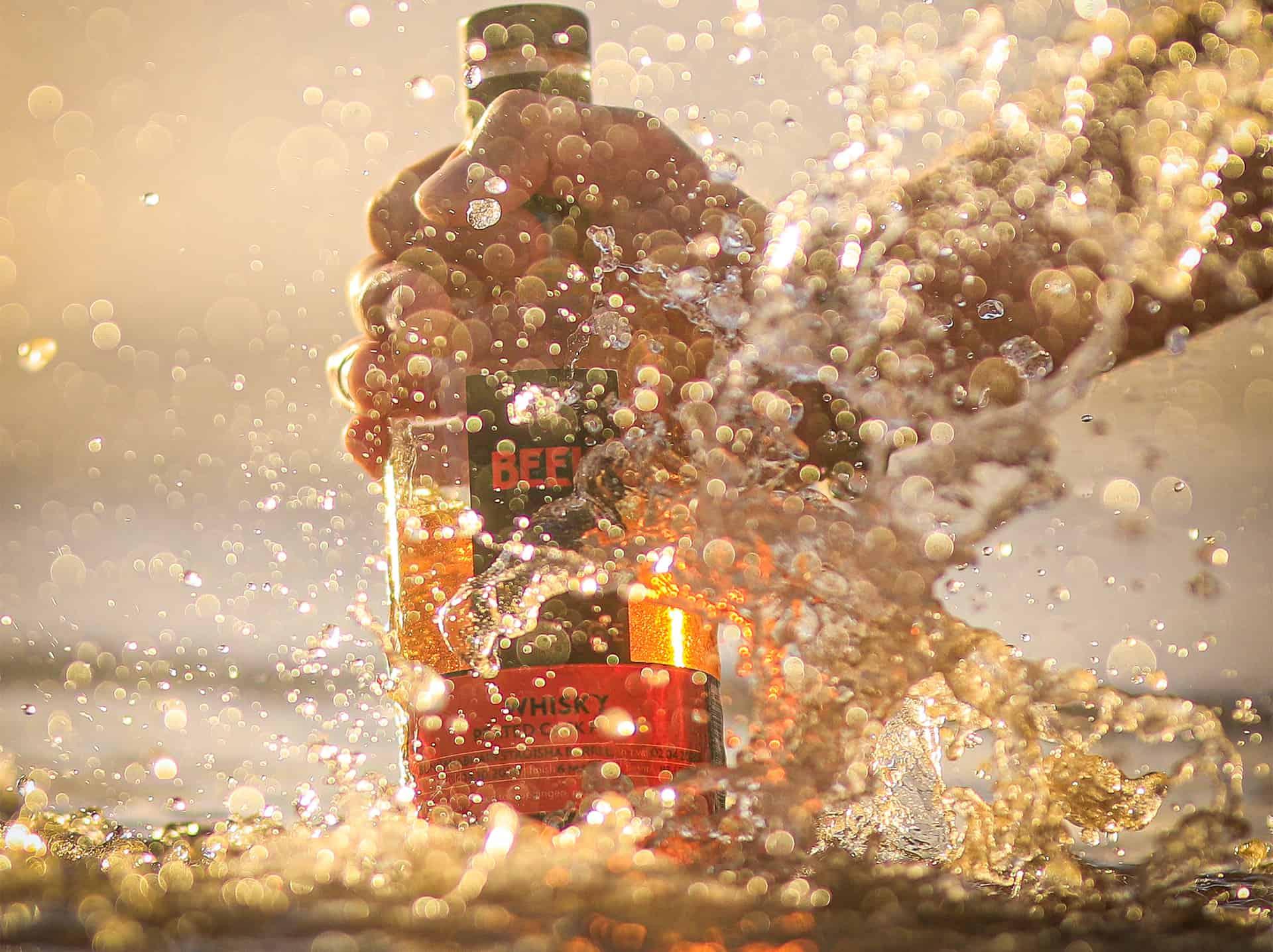 BEEK fles in de branding door Jesse Reij